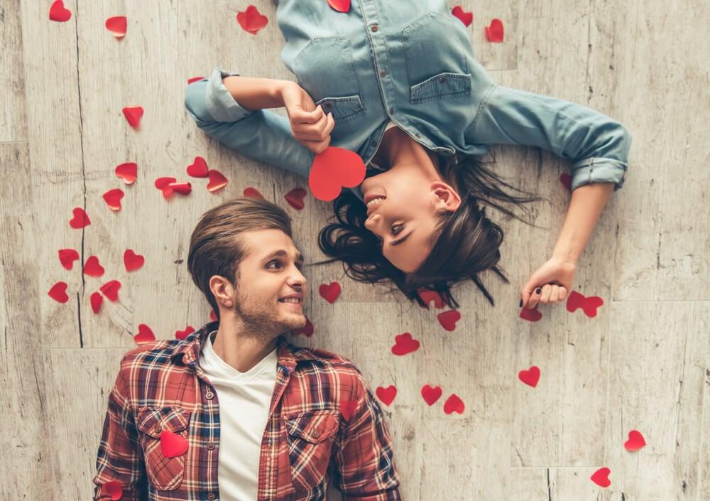 Amor pareja representando representando el triángulo del amor, según Sternberg