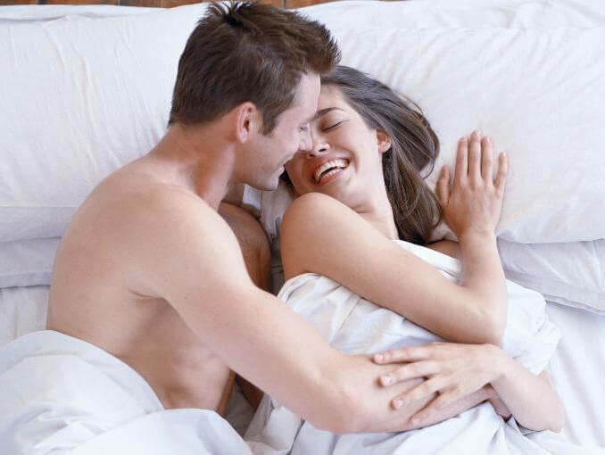 Los beneficios de reírse en la cama