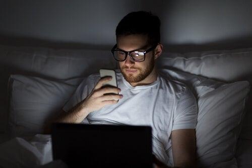 Hombre con romance por Internet usando el móvil