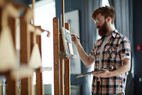 Chico pintando como forma de crecimiento personal