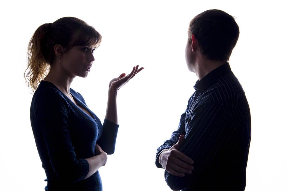 Hombre mirando para otro lado mientras su pareja le habla