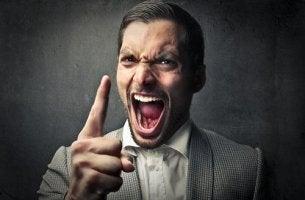Hombre perverso gritando