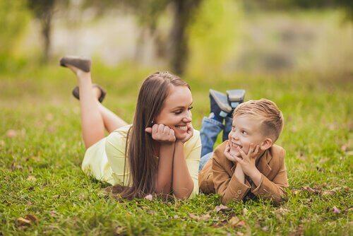 Madre e hijo hablando