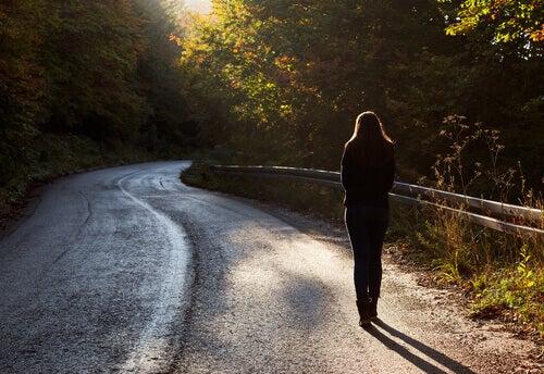 Mujer andando en soledad