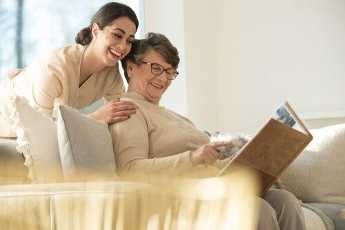 Mujer reflejando felicidad mientras acompaña a una persona mayor