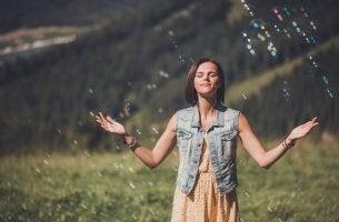 Mujer disfrutando de su positivismo