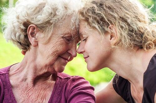 Mujer cuidando a su madre anciana