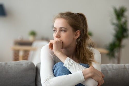 Mujer pensativa reprimiendo sus emociones