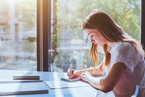 Mujer escribiendo sus errores