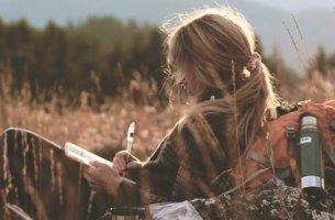 Mujer escribiendo en soledad