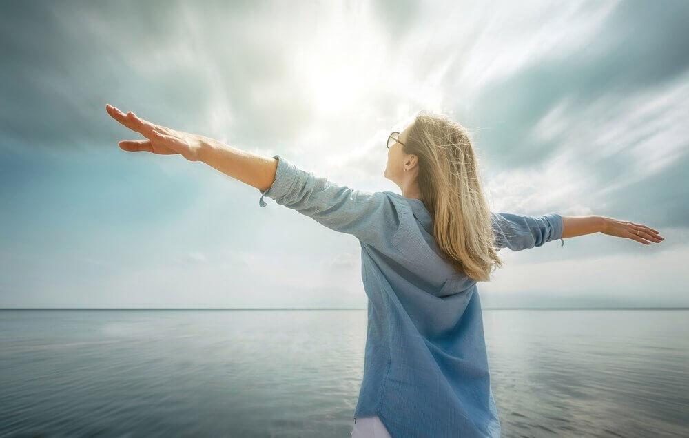 Mujer feliz que piensa que nada es imposible