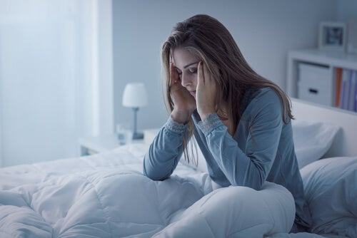 Mujer con problemas de sueño en la cama