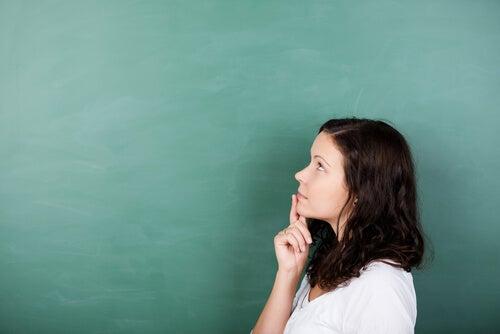 Mujer pensando en aprender de sus problemas