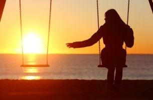 Mujer sola pasando el duelo por su ser amado