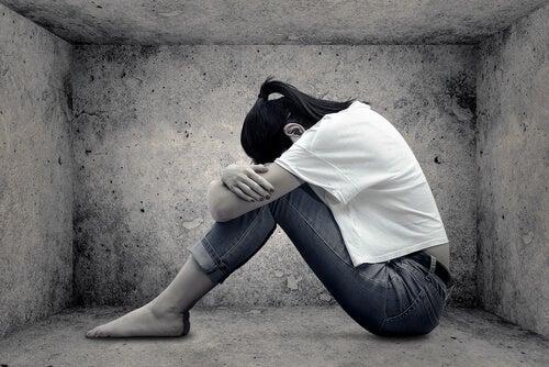 Mujer triste con baja autoestima