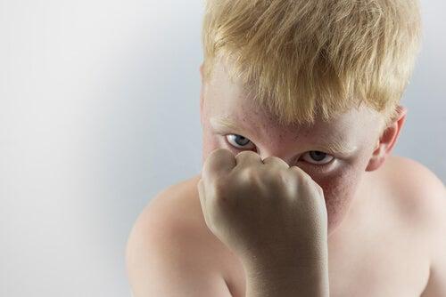 Niño agresivo con la mano empuñada