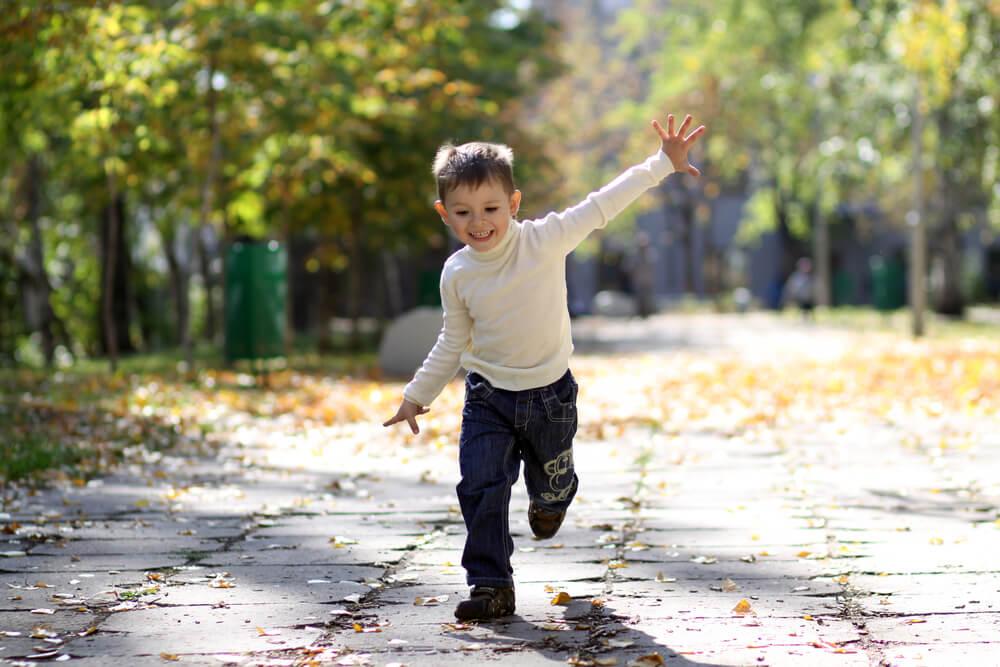 Niño corriendo con autonomía