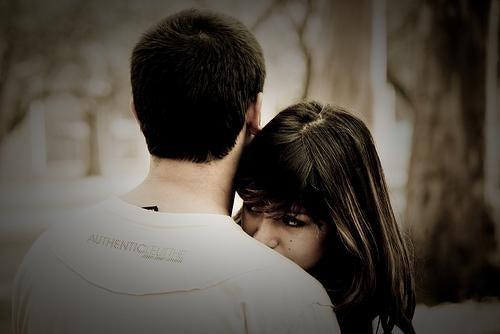pareja dedicándose admiración y amor