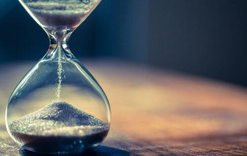 Reloj de arena midiendo el tiempo que soñamos
