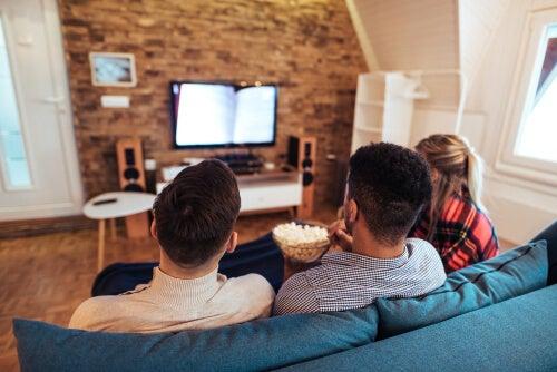 Compañeros de piso disfrutando el cine