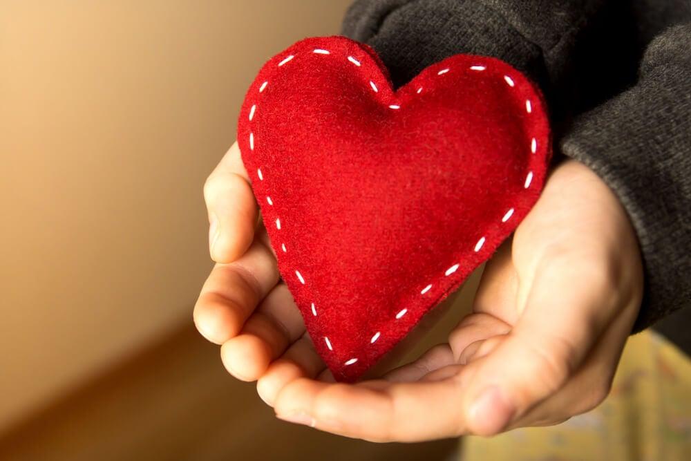 Mano sujetando un corazón
