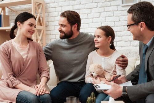 Familia feliz en el psicólogo