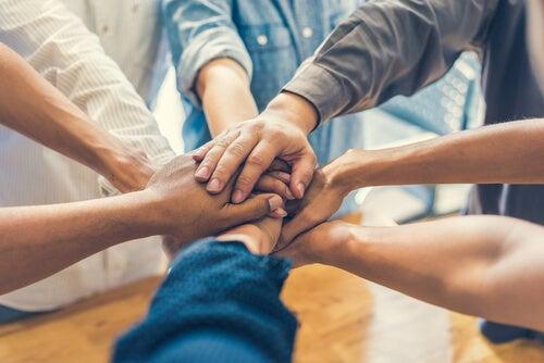 Grupo de amigos juntando las manos