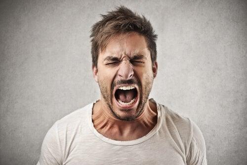 Hombre gritando por la ira