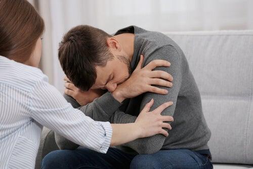 Mujer apoyando a hombre que piensa en el suicidio