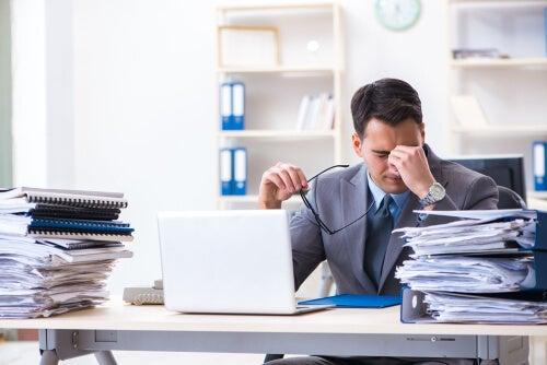 Hombre con desorden en su sitio de trabajo