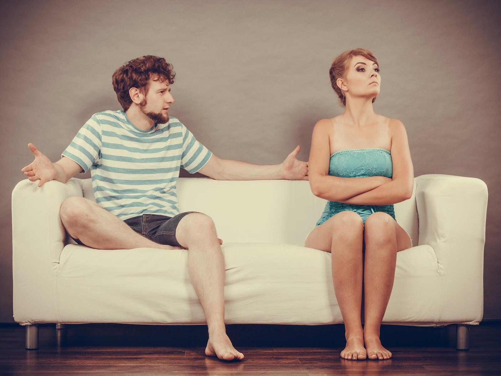 hombre discute con mujer enojada