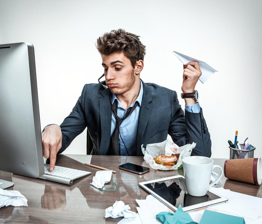 Hombre qeuno hace más que posponer sus tareas