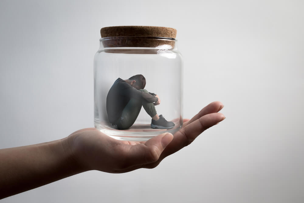 Hombre triste metido en un frasco