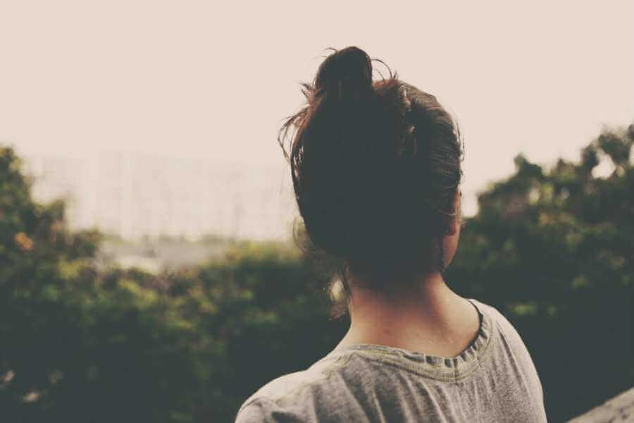 Mujer joven mirando hacia atrás