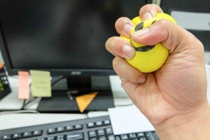 Mano apretando una pelota para controlar el estrés