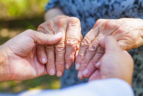 Manos de abuela recibiendo caricias