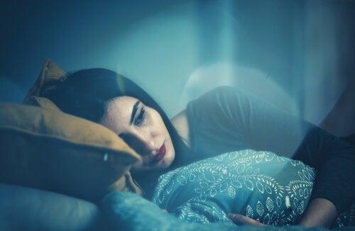 Mujer acostada pensando en controlar sus sueños