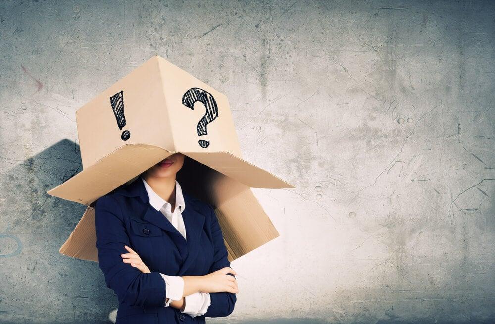 Mujer con caja en la cabeza