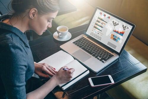 Mujer motivada trabajando en su ordenador