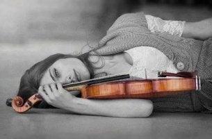 Mujer con violín representando a personas altamente sensibles
