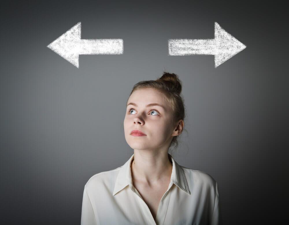 Mujer decidiendo