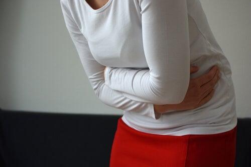 Mujer con dolor de estómago por asco