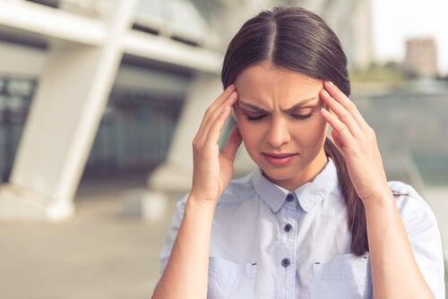 Mujer con estrés a causa de los modelos ideales