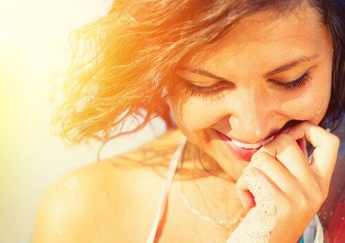 Mujer pensando en algo que la hace feliz