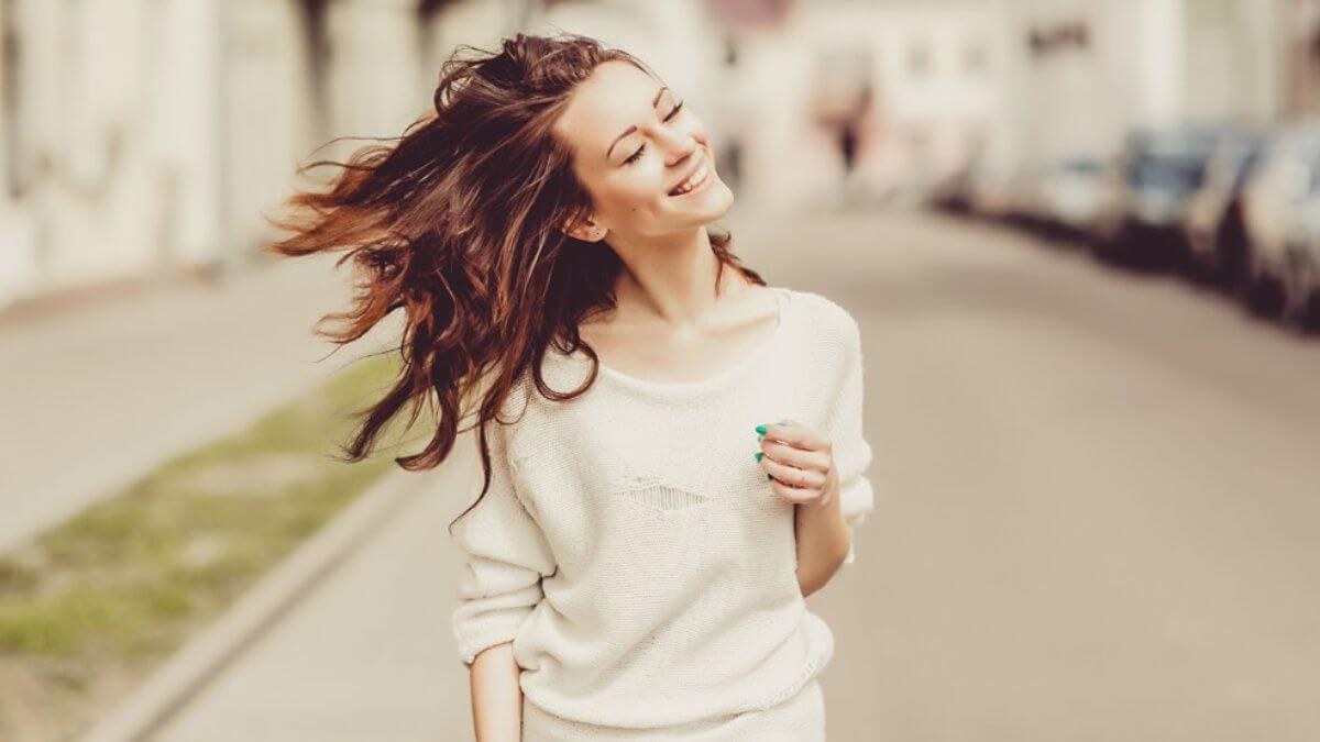 Mujer feliz representando a las personas maduras