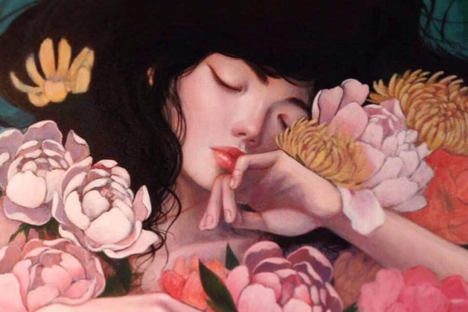 Mujer ens ilencio rodeada de flores
