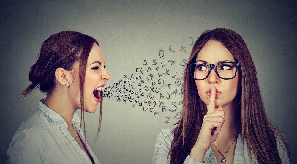 Mujer gritando y otra silenciando