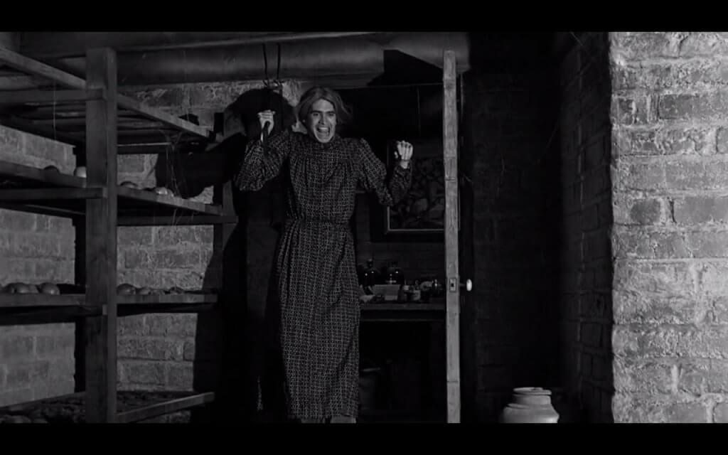 Mujer gritando por miedo a los monstruos