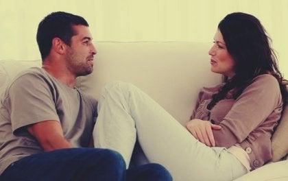 Mujer y hombre hablando sentados