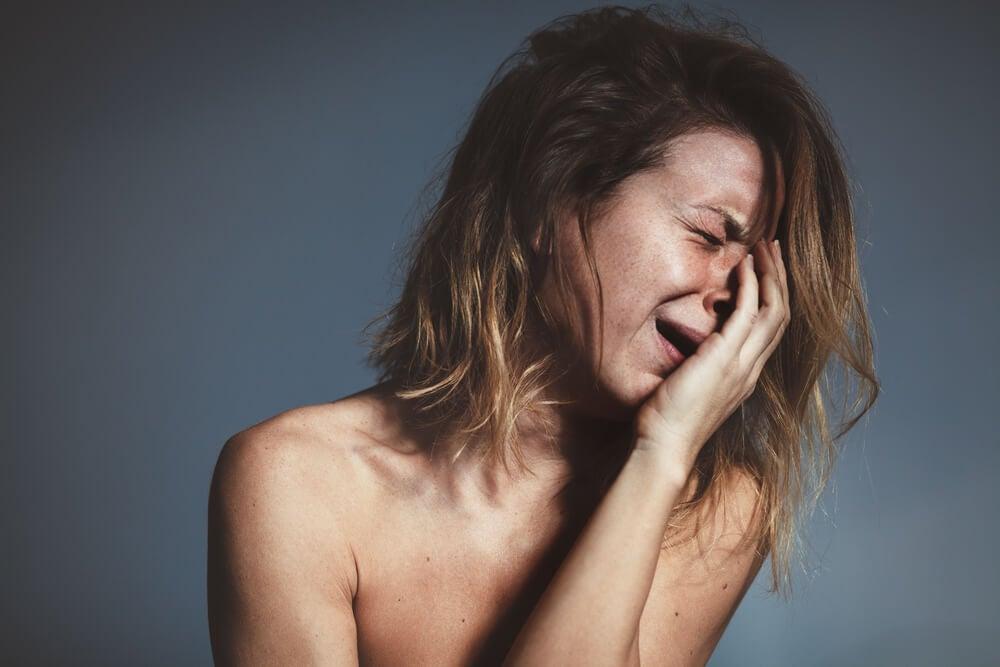 Mujer llorando lágrimas